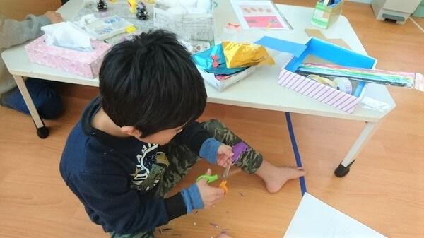折り紙を切っている画像