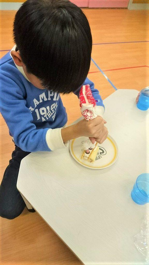 ロールケーキをデコレーションしている画像