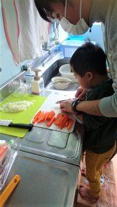 野菜を切っている画像3