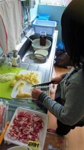 野菜を切っている画像