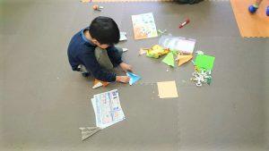 折り紙を折っている画像