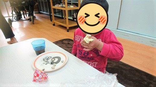 おやつを食べている画像