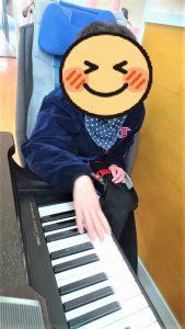 ピアノをひいている画像